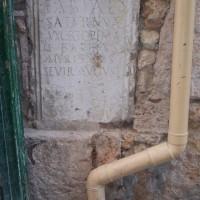 Římské tabulky ve zdech domů